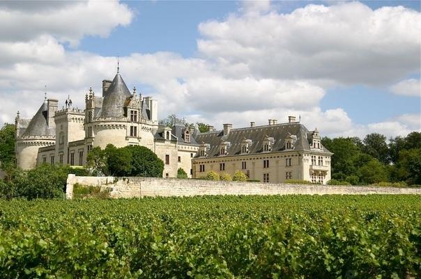 Подземная крепость Шато-де-Брезе Шато-де-Брезе небольшой (по европейским меркам) замок. Занимающее площадь менее 0,8 га, это скромное здание в форме буквы U окружено сухим рвом. С виду в нём