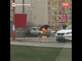 В Тюмени ищут героя, который вытащил ребёнка из горящей машины - Москва 24
