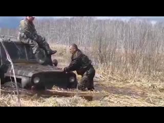 Пьяные на рыбалке катались по болоту