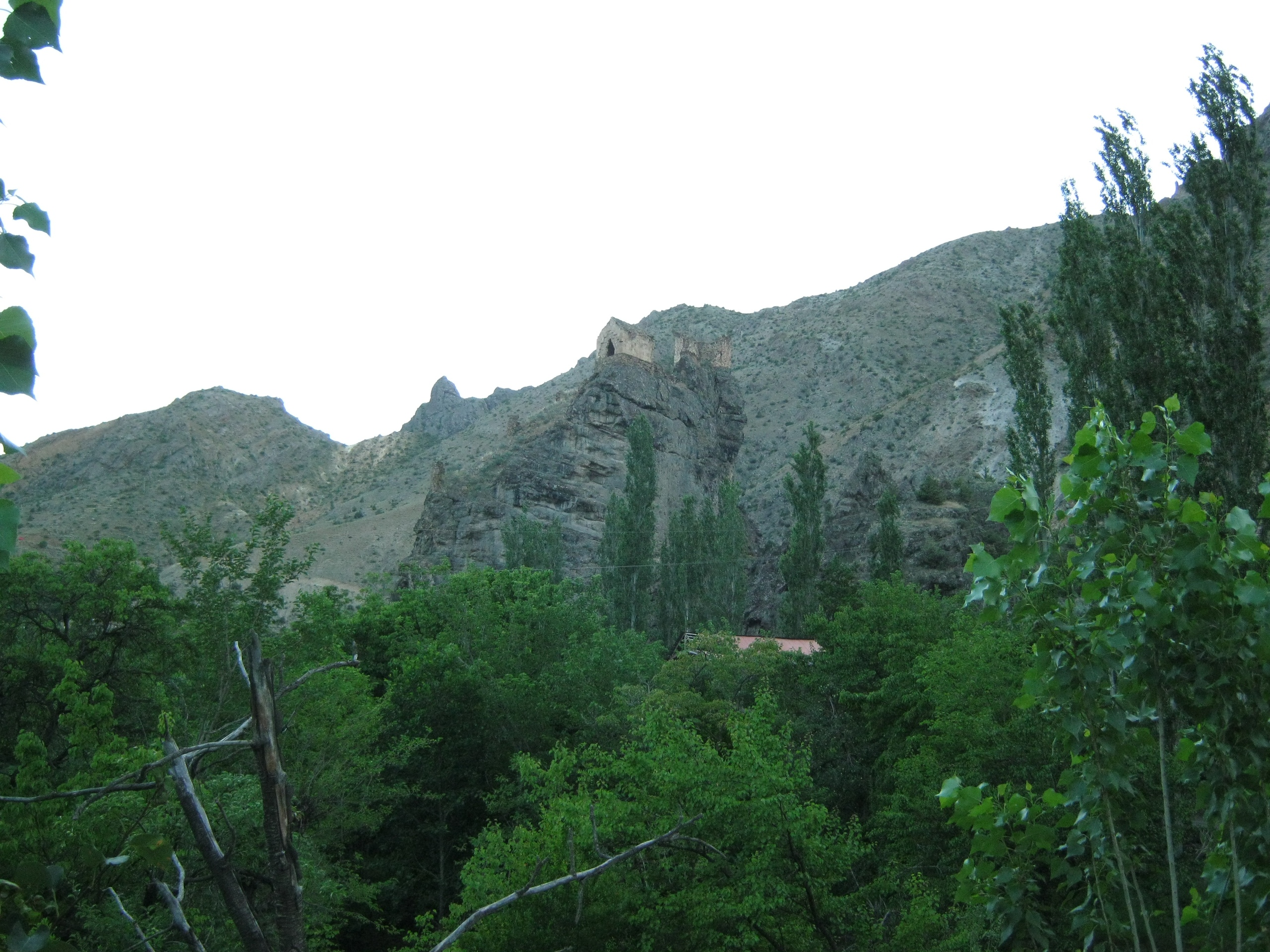 крепость на скале Теккале близ Юсуфели