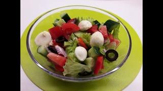 Вкуснейший греческий салат с моцареллой.