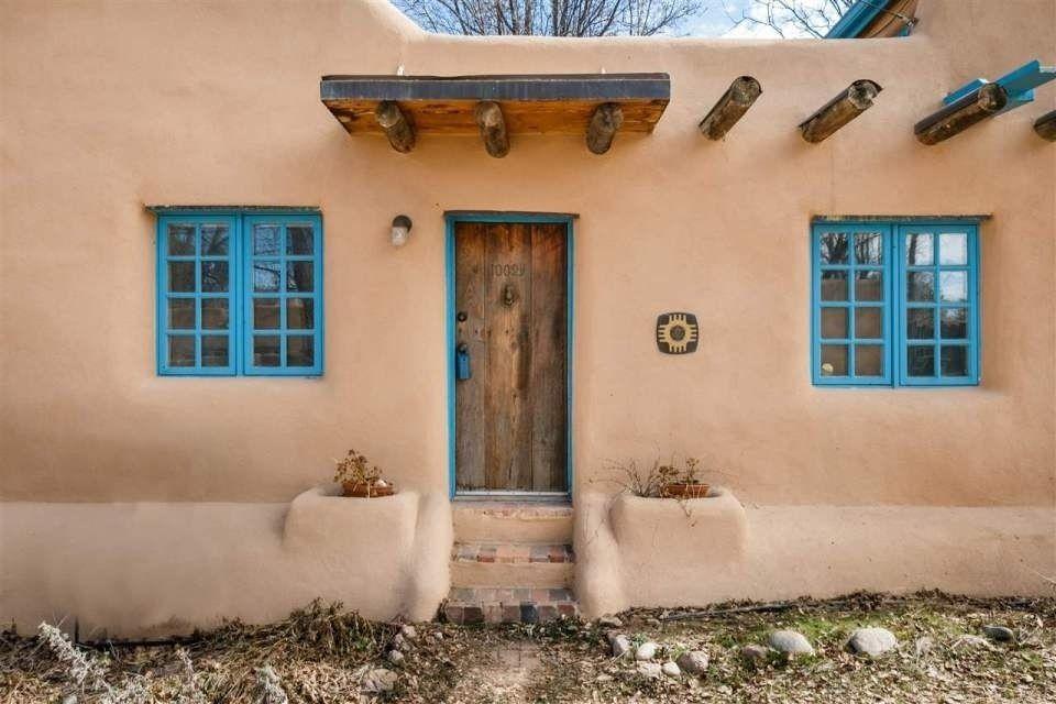 Дом, построенный по технологии народов пуэбло, в Нью-Мексико