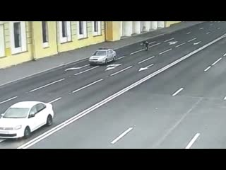Автомобиль протащил инспектора ГИБДД по дороге