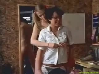 Волосатая мама, и ее дочь трахнули паренька! Ретро