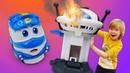 Кей уронил дозорную башню! Роботы-поезда и другие игрушки для мальчиков.