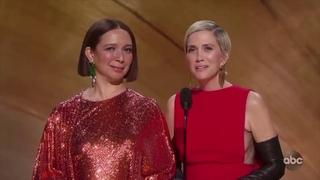 Billie Eilish reacts to Maya Rudolph and Kristen Wiig's impromptu musical medley at Oscar 2020 night