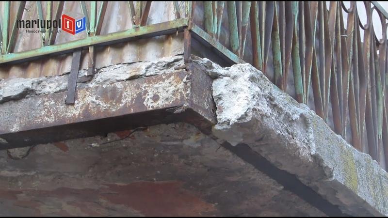В центре Мариуполя на машину рухнула часть балкона дома который застеклят после войны