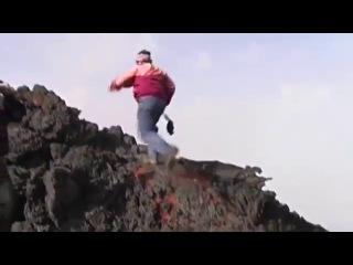 Смельчак пробежался по расколенной лаве