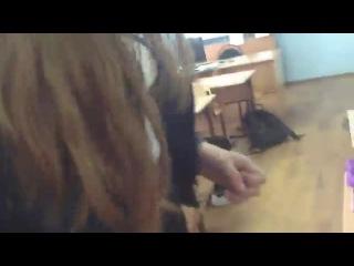 ЗАДРАЛ ЮБКУ ОДНОКЛАССНИЦЕ подглядывающие под юбкой школьницы в классе в школе