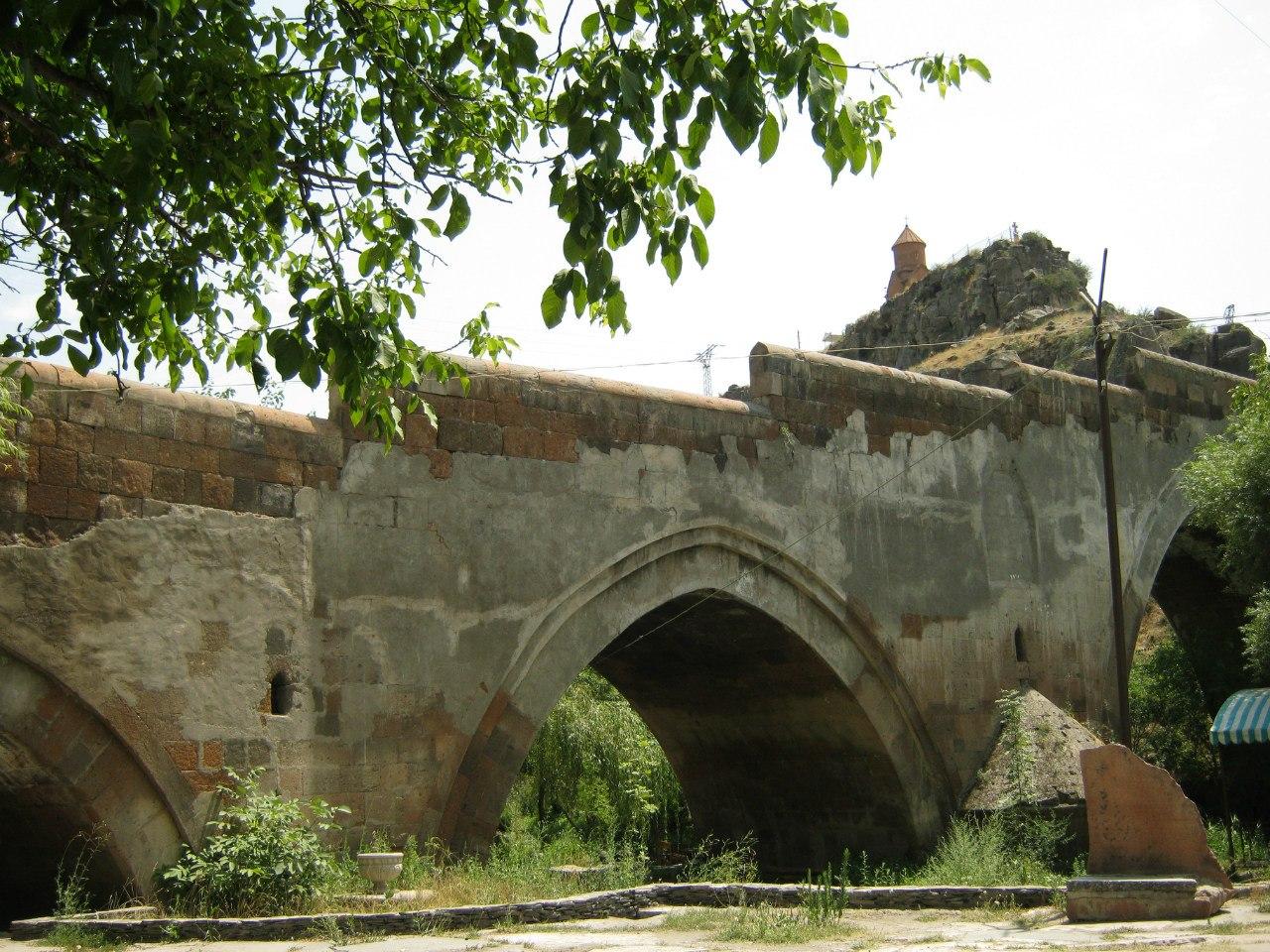 Старинный мост в городе Аштарак