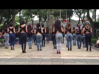 Девушки организовали великолепный флешмоб, станцевав танец Кизомба.