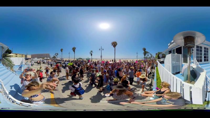360° Topless Girls Parade FREETHENIPPLE Venice Beach VR