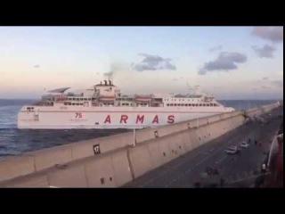Пассажирский паром врезался на полном ходу в пристань в Испании у Канарских ост ...