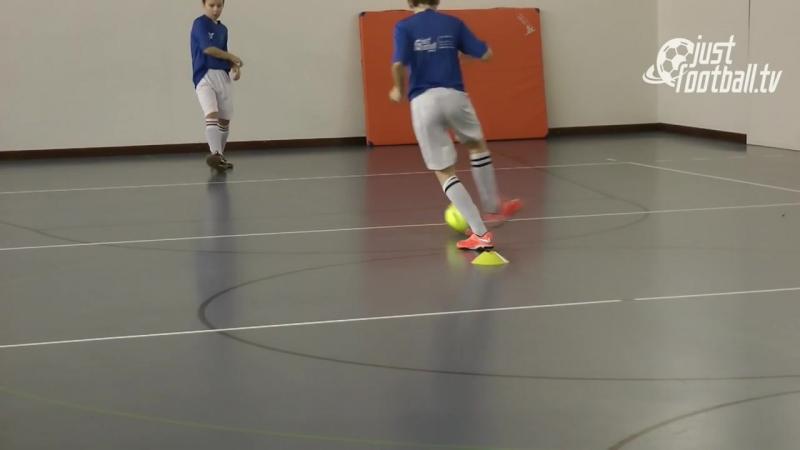 Fussballtraining Ballan und Mitnahmen mit Gegner im Rücken Ballkontrolle T