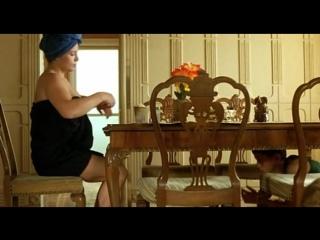 Сын увидел пизду мамы под столом (мамаша без трусиков, засветила пизду, подглядывает за мамой под юбкой)