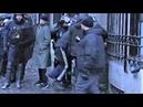 Un policier fait basculer en arrière un homme qui s''assomme - Gilets jaunes - Bastille - 26/01/2019