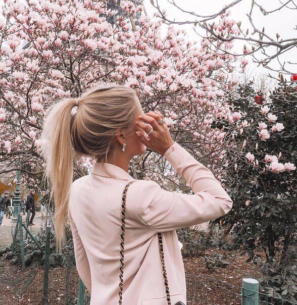 Картинки девушки блондинки без лица на аву с цветами