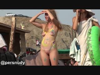 Раскрашенная голая блондинка-нудистка на пляже коктебеля
