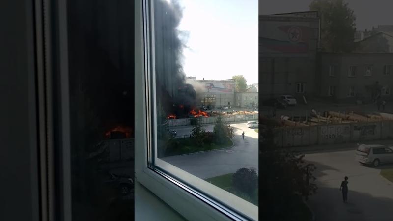 Серьёзный пожар вспыхнул в Ленинском районе Новосибирска