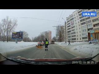 Челябинский полицейский остановил машины ради хромой собаки