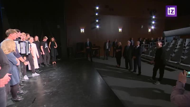 Студенты выпускного курса устроили для президента класс-концерт. Глава государства оценил его словом «супер»