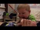 Что случилось малыш ест ее руки играет с мамой