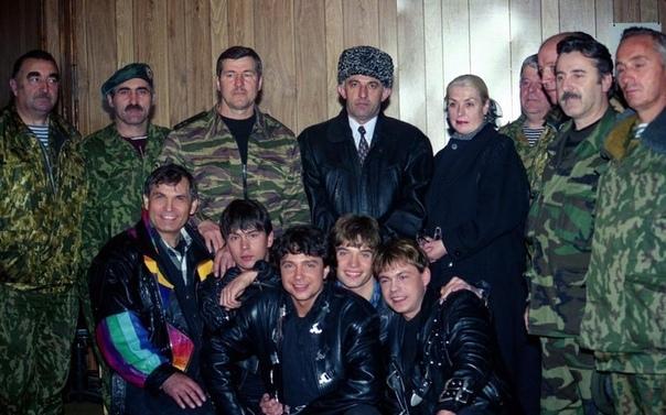 Группа НаНа, Бари Алибасов, Лидия ФедосееваШукшина, Аслан Масхадов, чеченские и российские военные, Чечня, 1996 год ©