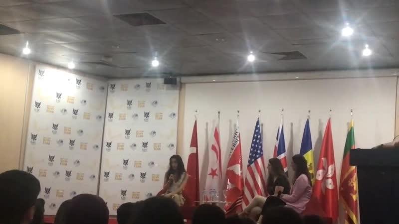 Неслихан Нихан на встрече со студентами университета Girne Amerikan