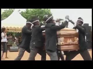 Негры танцуют с гробом