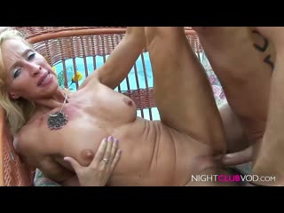 Парниша жёстко ебёт худую, взрослую бабу и поливает её спермой. зрелая мамка милфа матура шлюха шалава трах секс камшот инцест
