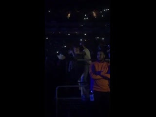 Harry dancing to break your heart right back tonight at ariana grande's show in london