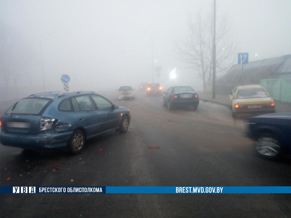 Последствия тумана: сегодня в Бресте в течение 10 минут в ДТП попали семь автомобилей