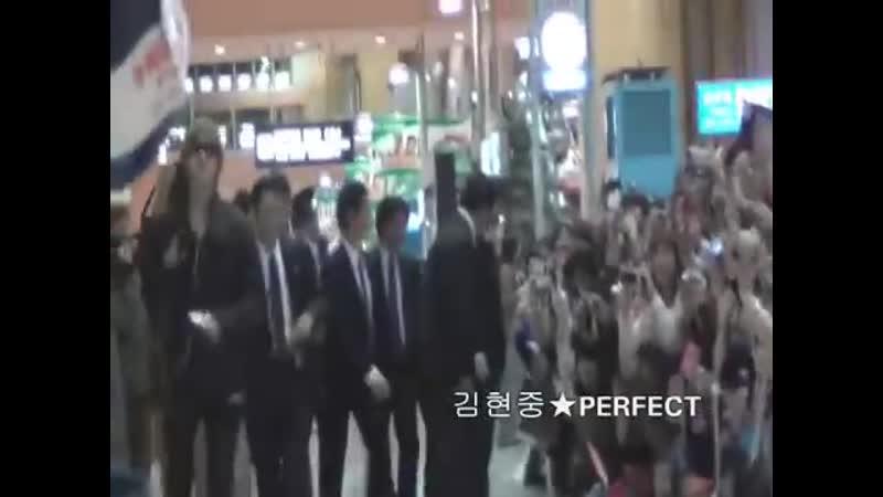 2011 11 08 kim hyun joong -- Аэропорт Кансай