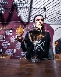 В одной печеньке ~125ккал, в бокале вина ~68ккал