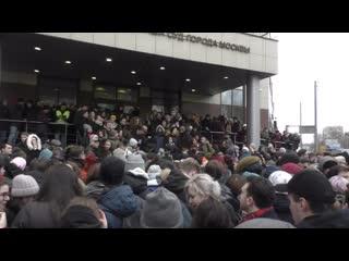 Люди около Кунцевского суда во время оглашения приговора Егора Жуковку