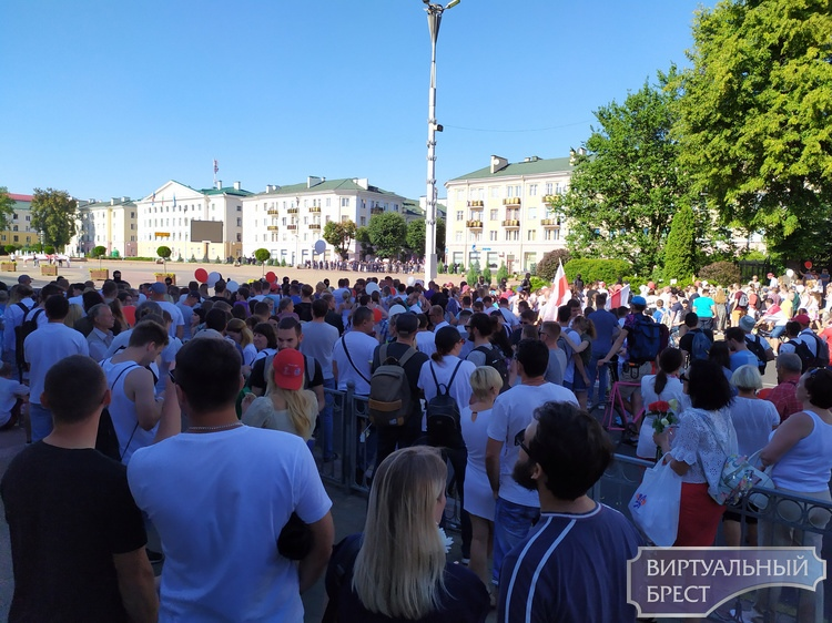 На пл. Ленина к людям вышел зампред Иванчин и анонсировал встречу в Рогачуком. Завтра