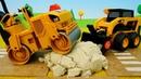 Escavadeira e rolo trabalhando. Coleção dos carros ajudantes. Vídeo com brinquedos para crianças