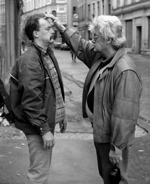 Аллан Чумак лечит людей прямо на улице, Москва, 1991 г. Это советский и российский телевизионный деятель, позиционировавший себя как целитель и экстрасенс, автор нескольких