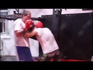 Александра Емельяненко избивают и отправляют в нокдаун на спарринге по боксу в Ахмате