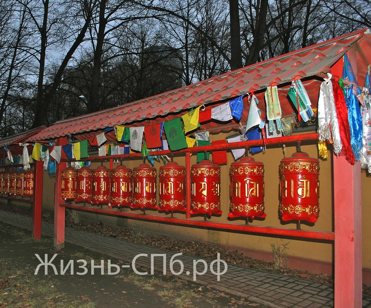 Дацан Гунзэчойнэй. Барабаны с молитвами на тибетском языке - первое, что видит посетитель, подходя к храму