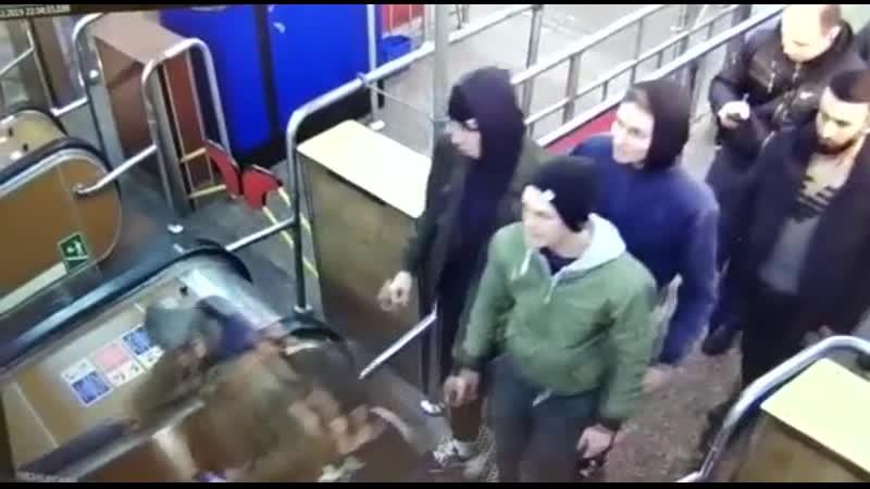 Группа неформалов избила студентку в Петербурге