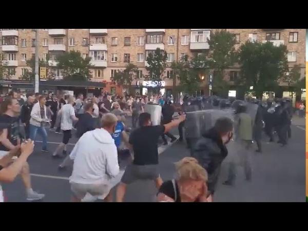 Ожесточённые столкновения в Белоруссии как люди атакуют ОМОН
