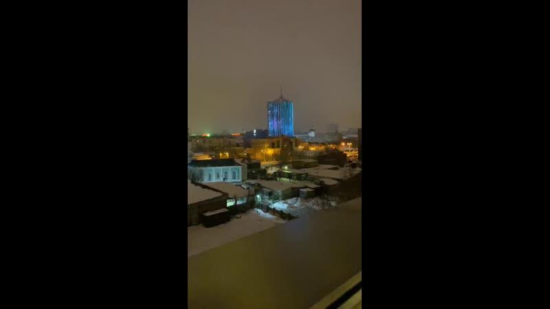 Не спится Смотрим на переливающиеся здание Челябинск Сити Общаемся знакомимся Пишем из какого вы