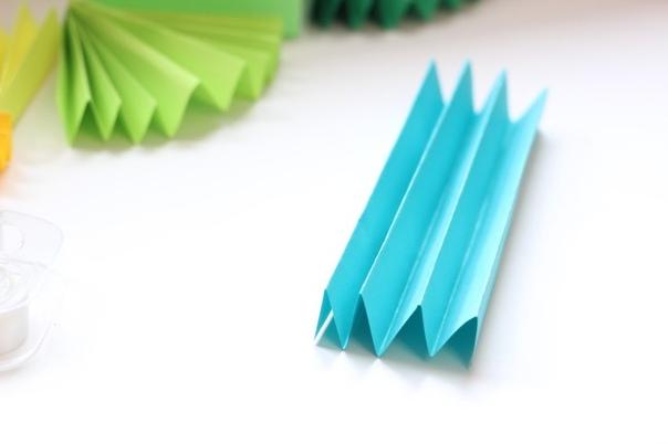 ГИРЛЯНДА ИЗ БУМАГИ Чтобы сделать эту красивую гирлянду вам понадобится блок цветной бумаги для заметок. (Можно купить в магазине