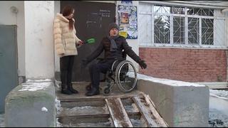 Инвалид-колясочник не может попасть домой без посторонней помощи
