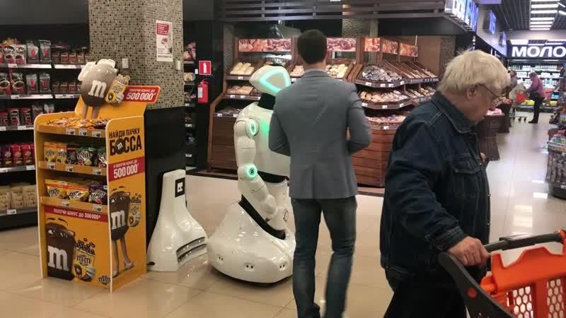 Promobot консультирует клиентов в супермаркете Лайм mp4