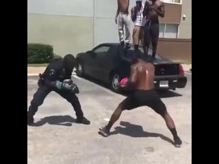 Американский коп боксирует на улице