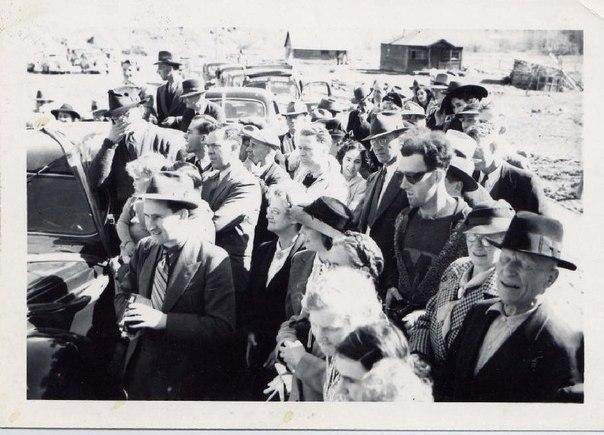 Та самая фотография Путешественника во времени, 1940 г. Его солнцезащитные очки, футболка с логотипом, модная стрижка и портативный фотоаппарат до сих пор вызывают ожесточенные споры во всем