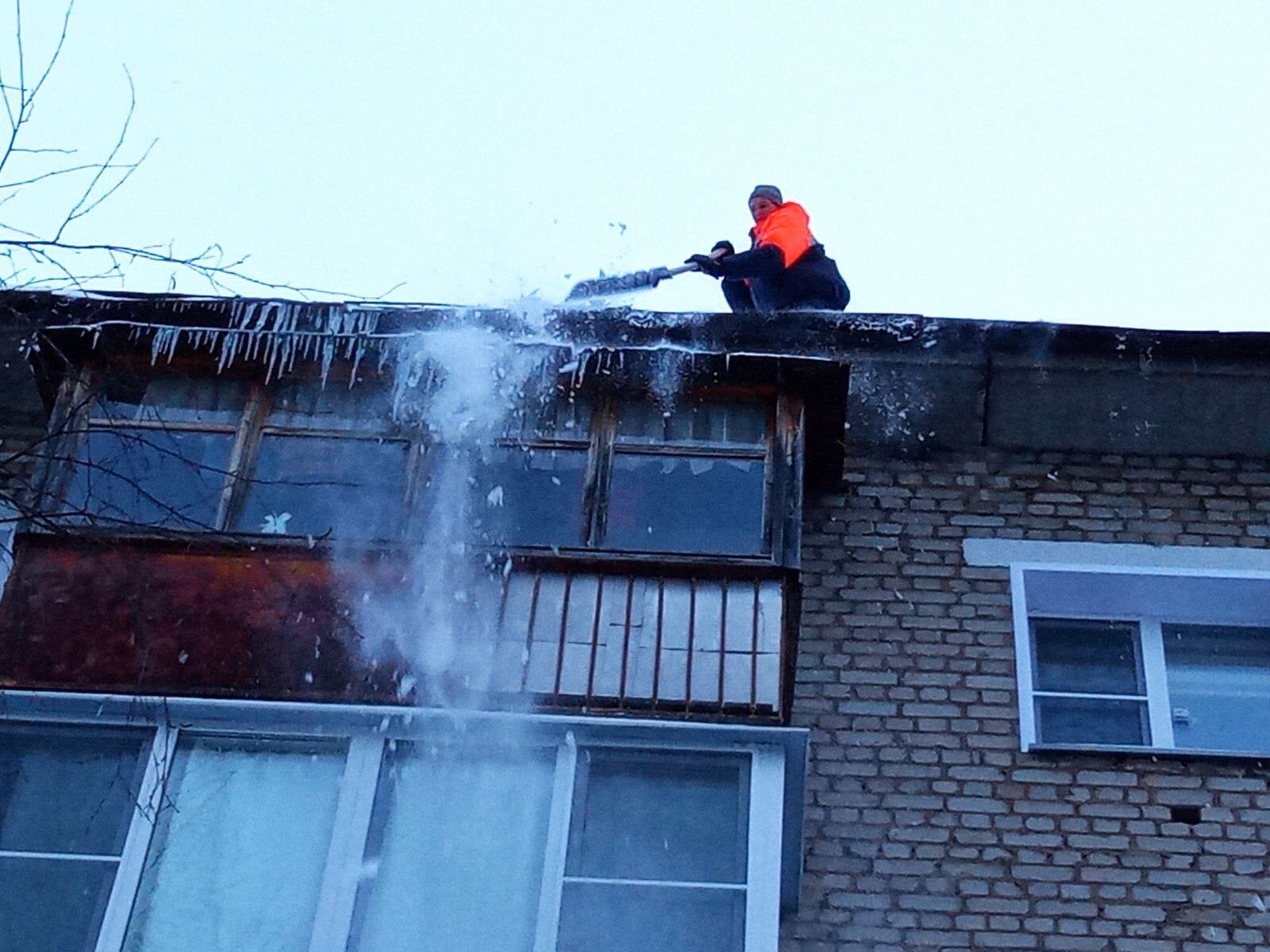 6 января Выполнена очистка свесов скатных крыш