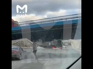 На Рублевке в районе МКАД бетонный ограничитель высоты упал на авто. Велись ремонтные работы, ограничитель рухнул на проезжавши